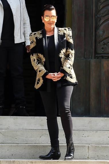 """Gut zwei Monate nach Biebers Auftritt, hat sich auch Kris Jenner während der """"Paris Fashion Week Men"""" für den auffälligen Blazer von """"Balmain"""" entschieden."""