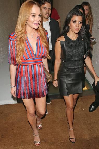 Lindsay Lohan ist zusammen mit Kourtney Kardashian in London unterwegs und teilt sich ganz offensichtlich ein Kleid mit ihr.