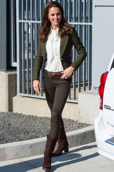 Bei ihrem offiziellen Besuch in Kanada präsentiert sich Herzogin Catherine im dunkelgrünen Blazer. Eine weiße Schluppenbluse und lässige Cowboystiefel runden das Outfit ab.