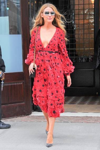 Blake Lively zeigte sich im Februar diesen Jahres ziemlich sommerlich. Doch womöglich macht das Kleid auf dem Red Carpet noch mehr. An wem gefällt Ihnen das Kleid besser?