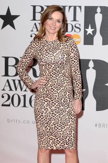 """Geri Halliwell zeigte sich bei den """"Brit Awards"""" in einem hautengen Raubtierprint: Das kniebedeckende, hochgeschlossene Kleid mit den langen Ärmeln von Givenchy kombinierte sie mit nudefarbenen Pumps. Ladylike trug sie ein dezentes Nude-Make-up und die Haare sehr natürlich mit leichter Welle."""