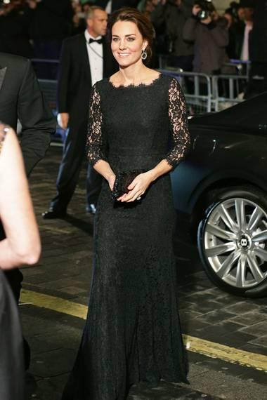 Zwei Jahre später entdeckte Herzogin Catherine dann den Look auch für sich, allerdings in der langen, schwarzen Variante.