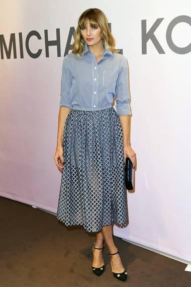 Topmodel Jessica Hart bezaubert in der Hemd-Rock-Kombi von Michael Kors ebenso wie ihre Namenskollegin.