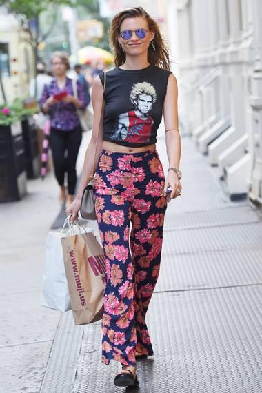 """Mit Modelbeinen wie denen von Behati Prinsloo reicht zur bunten """"Testino""""-Hose von Reformation auch ein bauchfreies Billy-Idol-Shirt zum tollen Streetstylelook."""
