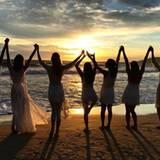 Mit ihren Freundinnen feiert Alessandra Ambrosio am Strand im brasilianischen Florianópolis. Eine traumhafte Kulisse, um in das neue Jahr zu starten.