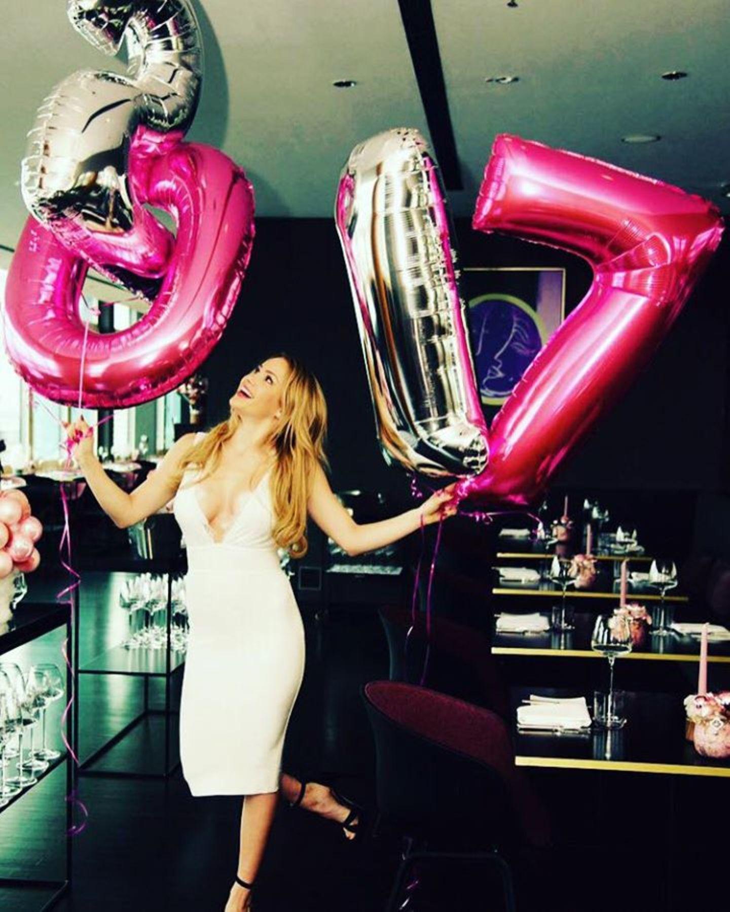 Angelina Heger freut sich auf 2017. Im neuen Jahr läuft es für die Blondine hoffentlich auch in der Liebe wieder besser. 2016 musste sie gleich zwei Trennungen verkraften: Ihre Beziehungen mit Rocco Stark und Leonard Freier scheiterten.