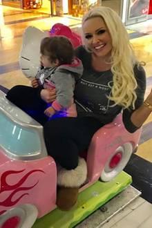 """Rasant geht es für Sophia Cordalis und Mama Daniela Katzenberger ins neue Jahr. """"Mit Vollgas ins Jahr 2017"""", schreibt die TV-Blondine zu diesem süßen Schnappschuss mit ihrer Tochter."""