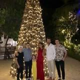 Familie Beckham verbringt Silvester im Warmen. Mit einem zuckersüßen Familienfoto vom Strand wünschen David, Victoria, Brooklyn, Romeo und Cruz ein frohes neues Jahr.