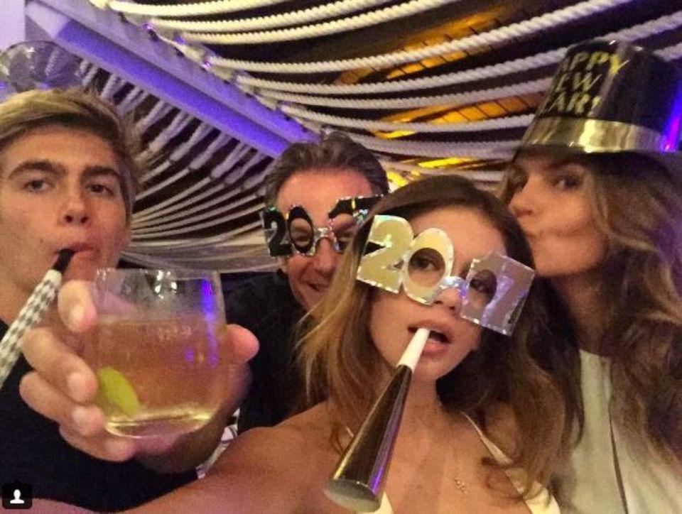 So viel Schönheit auf einem Schnappschuss: Cindy Crawford feiert mit ihrem Ehemann Rande Gerber und ihren Kindern Kaia und Presley Walker Gerber und den Start in das neue Jahr - und die Partyausstattung der Model-Familie kann sich sehen lassen.