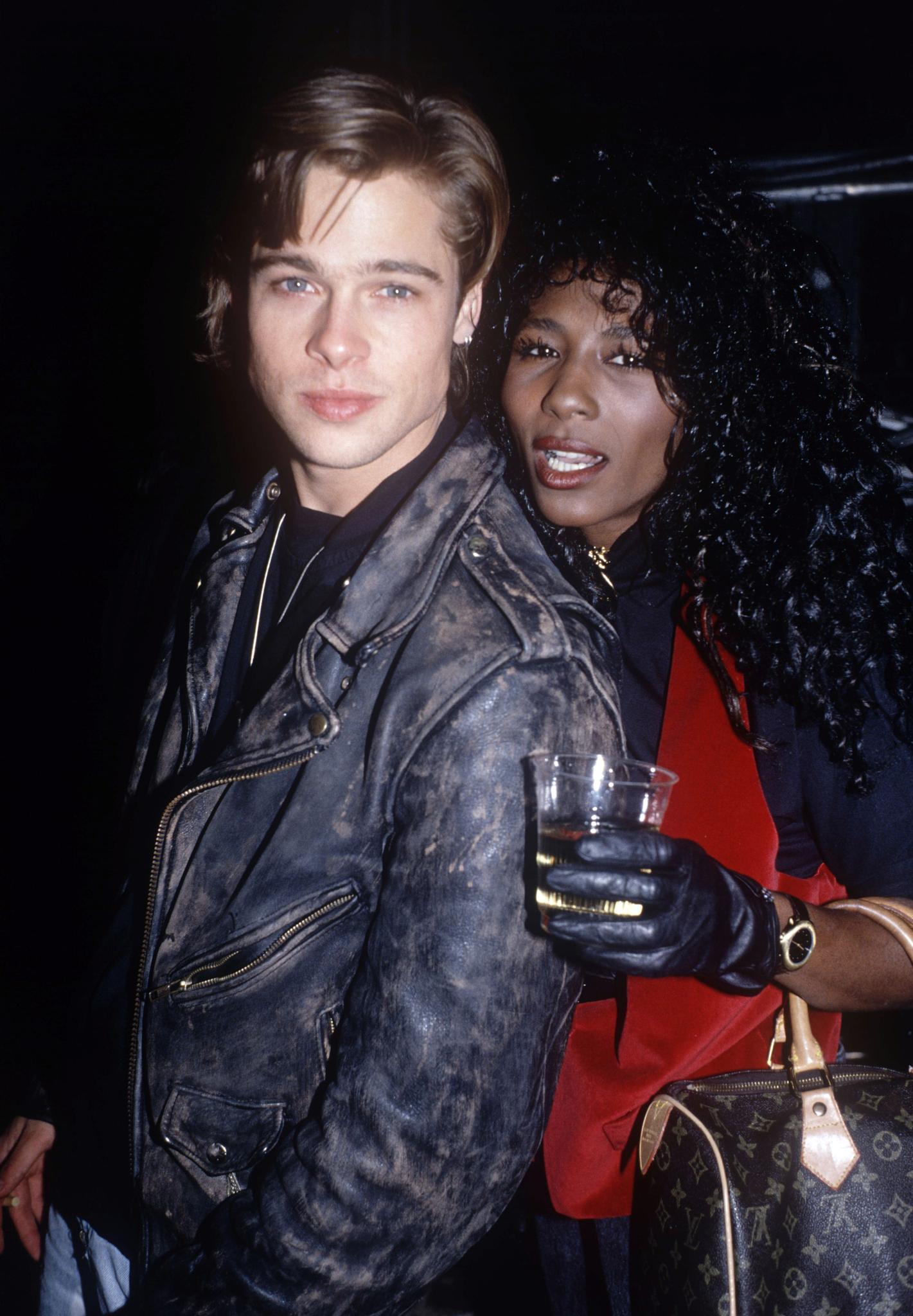 Ein Pärchenfoto aus dem Jahr 1988: Brad Pitt war zarte 25 Jahre alt, als er die Popsängerin Sinitta datete