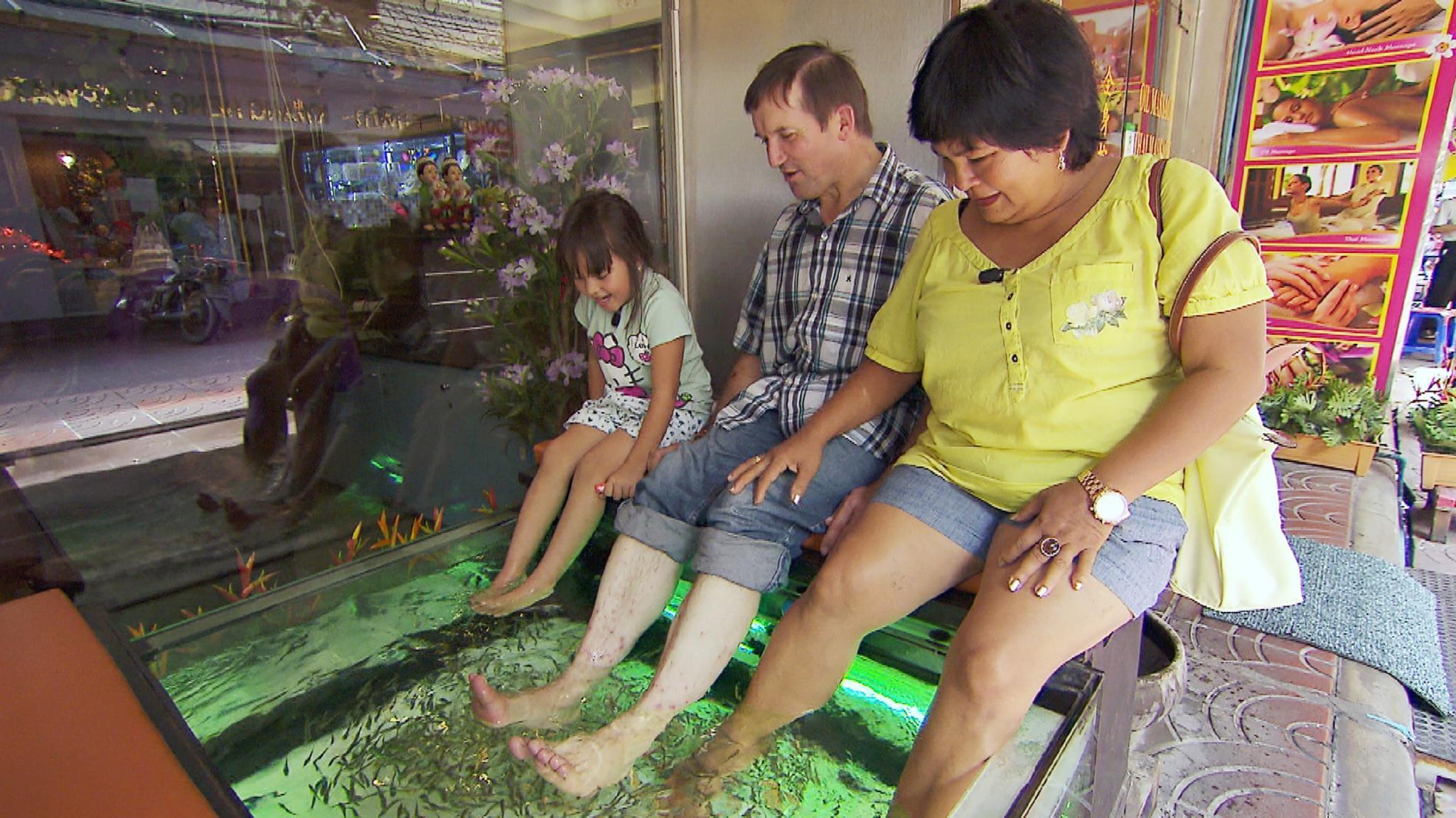 Narumol, Josef und Jorafina im Fisch Spa
