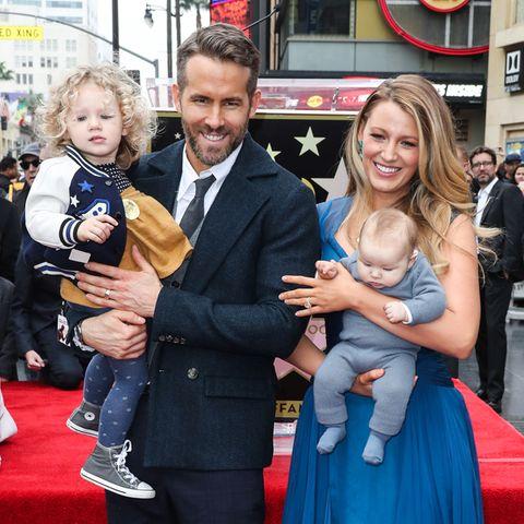 Ryan Reynolds mit Tochter James auf dem Arm, Ehefrau Blake Lively hält Töchterchen Ines
