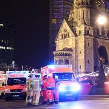 Polizisten und Rettungskräfte vor der Gedächtniskirche in Berlin