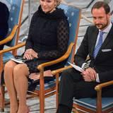 Nachmittags zur Preisverleihung in Oslo kommt Norwegens Kronprinzessin in einem eleganten schwarzen Spitzenkleid, dazu trägt sie ein Haarschmuck in Zartrosa, die abgestimmt auf ihre Lackpumps sind.