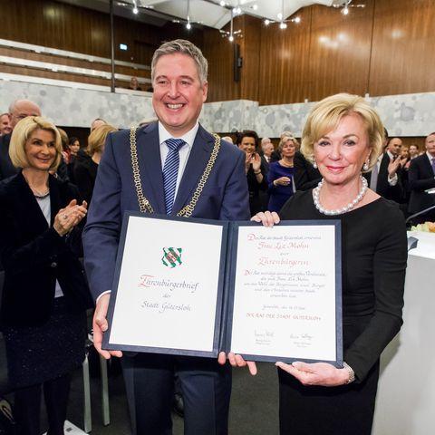 Liz Mohn mit dem Bürgermeister der Stadt Gütersloh Henning Schulz