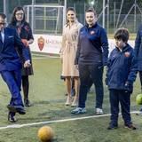 Victoria und Daniel besuchen ein Kinderprojekt des Fußballerstligisten AS Rom. Dabei darf der Prinz seine eigenen Künste am Ball beweisen.