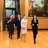 Zunächst lassen sie sich gemeinsam mit der schwedischen Politikerin Anna Ekström das Parlamentsgebäude zeigen.