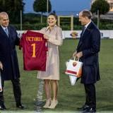 Victoria bekommt ein Trikot des AS Rom mit ihrem Namen überreicht und freut sich sichtlich. Zu welchem Anlass wird sie das wohl tragen?