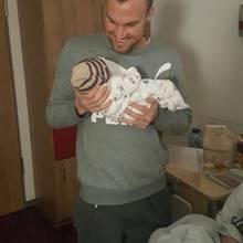 Kevin Großkreutz zeigt seine Tochter