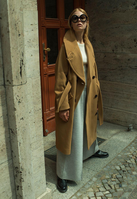 Mantel von H&M Studio, geripptes Top von Set, Wollstoffhose von Joseph, Stiefeletten von Dr. Martens, Sonnenbrille von Ralph Lauren