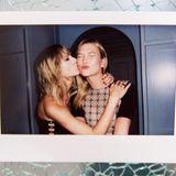 """Karlie Kloss übermittelt ihrer besten Freundin als eine der Ersten Glückwünsche zum Geburtstag: """"Ich fühle mich gesegnet, dich zu meiner Freundin, Schwester und Komplizin zu zählen"""", schreibt die Laufstegschönheit zu einer Polaroid-Aufnahme auf Instagram, auf der Taylor ihr ein Küsschen auf die Wange gibt."""