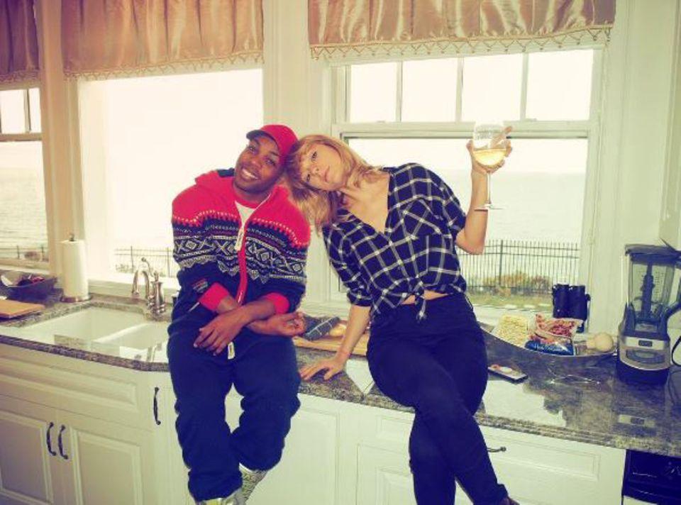 """""""Herzlichen Glückwunsch zum Geburtstag dem süßesten Menschen, den ich kenne"""", schreibt Sänger Todrick Hall zu dem Schnappschuss, der ihn mit Taylor Swift in einer Küche zeigt."""