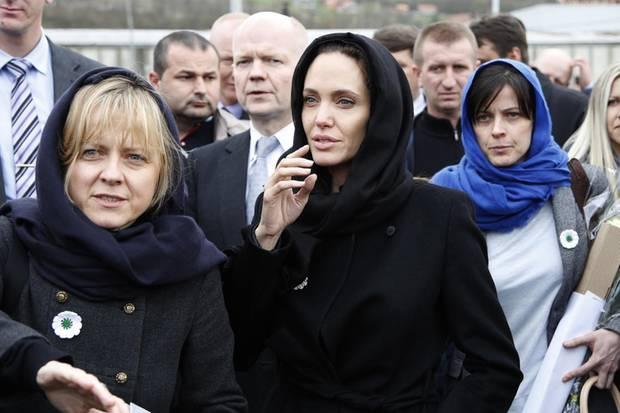 Angelina Jolie mit ihren beiden Beraterinnen Arminka Helic (l.) Chloe Dalton (r.)