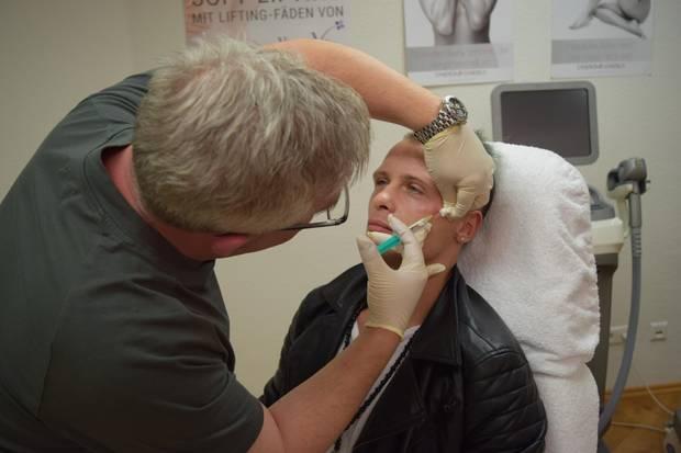 Emil Kusmirek lässt sich Botox spritzen