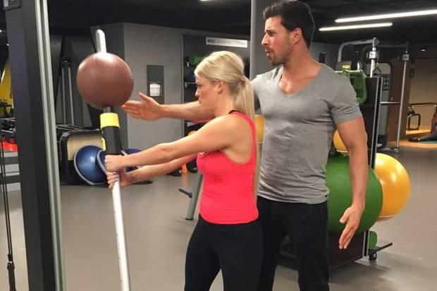 Leonard Freier zeigt Daniela Buchholz einige Übungen
