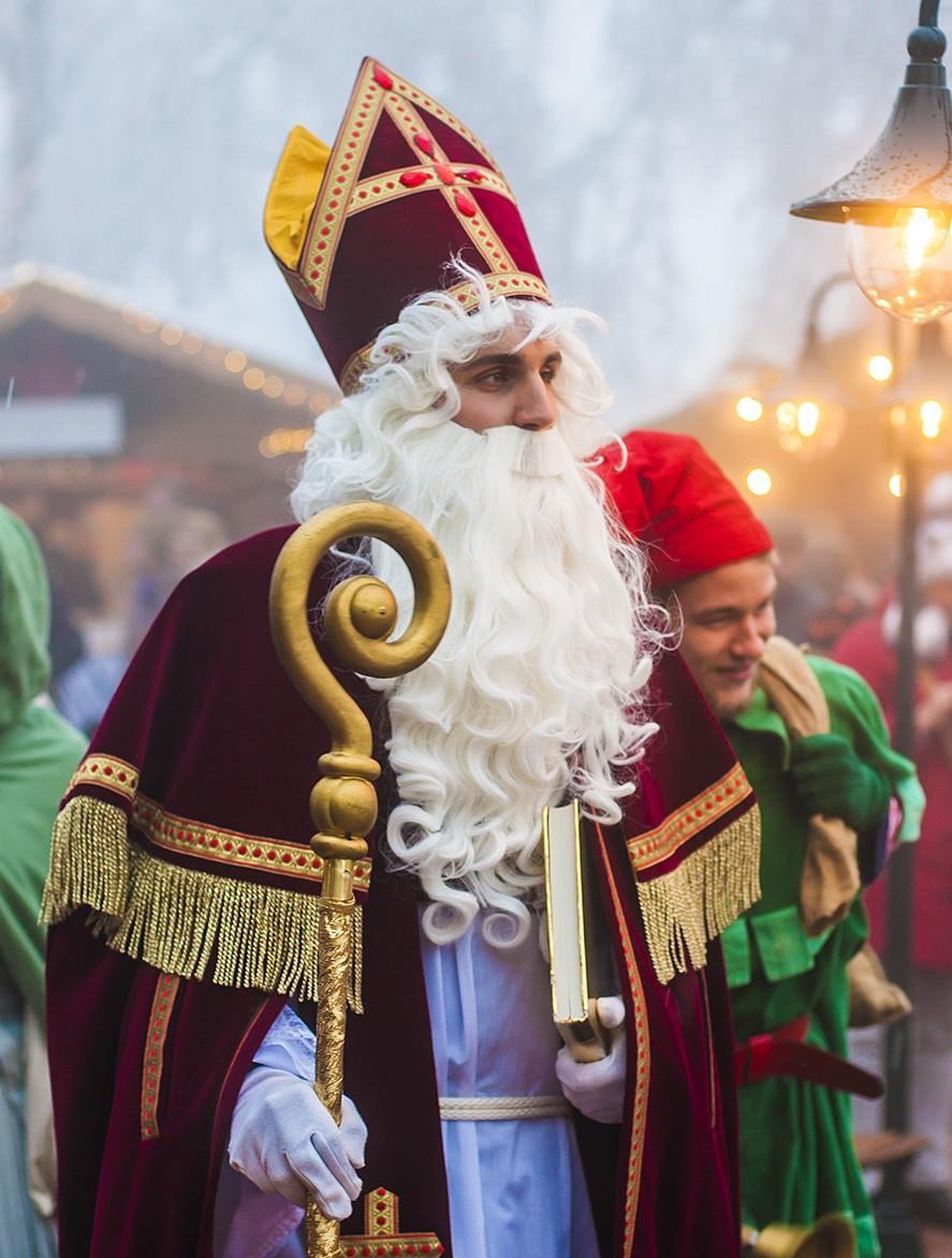 Auf Schloss Hohenzollern wartet der Nikolaus mit seinen Geschenken – und ein Weihnachts-Elf, der den Kinder-Laternenumzug anführt