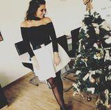 Was für ein schöner Weihnachts-Look! Sarah Lombardi steht am Tannenbaum und sieht unglaublich glamourös aus. Die Schwarz-Weiß-Kombi steht der Musikerin sehr.