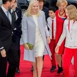 Kronprinzessin Mette-Marit besucht vormittags zum Auftakt des Nobeltages das Friedensfest der Kinder. Die Haare offen, ein pastellgelbes Etuikleid und ein taubengrauer Mantel lassen sie pudelwohl fühlen.