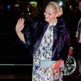 Abends zum Nobel-Galadinner erscheint Kronprinzessin Mette-Marit in einem langen Abendkleid mit großen Mustern. Darüber eine dunkle Pelz-Stola.