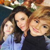 5. Dezember 2016   Alessandra Ambrosio verbringt am Liebsten die Zeit mit ihren beiden Kindern Anja und Noah. Auf diesem Bild ist die Ähnlichkeit nicht wegzureden, die Kids haben die gute Gene ihrer Eltern geerbt.
