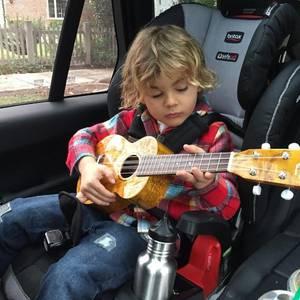 11. Dezember 2016   Übung macht den Meister! Noah Mazur übt fleißig an der Gitarre, während Papa ihn fährt.