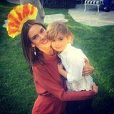 25. November 2016   Mit bunten Federn geschmückt feiert Alessandra Ambrosio Thanksgiving mit ihrer Familie. Hier kuschelt sie mit Sohn Noah.