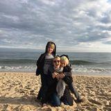 """November 2016   Ein Tag am Meer mit ihren beiden Söhnen Sasha und Samuel lässt Naomi Watts strahlen. Sie schreibt dazu nur:""""Dankbar!"""""""