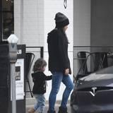 Mensch, ist die Wyatt schon groß geworden: Mit ihrer Tochter an der Hand verlässt Mila Kunis ein Restaurant in Los Angeles.