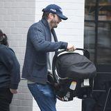 Ashton Kutcher verlässt ein Restaurant mit Sohnemann Dimitri.