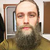 """Beim Barte des Propheten! Matthias Schweighöfer mit Bart? Was in der Realität wohl nie passieren wird, kann zumindest im Kinofilm """"Vier gegen die Bank"""" erlebt werden. So wirklich stehen tut ihm der Rauschebart ja dann auch nicht."""