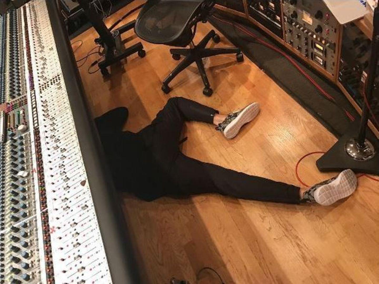 John Mayer scheint wohl etwas zu lange im Studio verbracht zu haben. Herrjemine, gibt es denn kein kleines Sofa für das arme Arbeitsbienchen?
