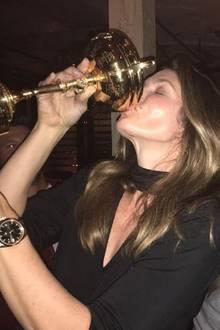 Das ehemalige Supermodel Cindy Crawford scheint eine verdammt lustige Zeit zu haben. Mit den Fans teilt sie ein Foto, auf dem sie sich einen beherzten Schluck aus einem Pokal genehmigt.