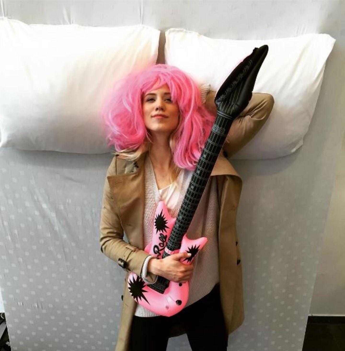 Rock'n'Roll: Pinklady Larissa Marolt geht mit ihrer Gitarre und Perrücke ins Bett.