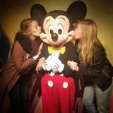 Dezember 2016   Glücklicher Micky: Blake Lively und ihre Freundin verwöhnen die Disneyfigur mit einem Küsschen.