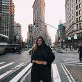 Glückliches Mädchen in New York - postet Stefanie Giesinger. Also wenn Mama das sieht, gibt es bestimmt Ärger wegen dem Bauchfrei-Outfit in der winterlichen Großstadt.