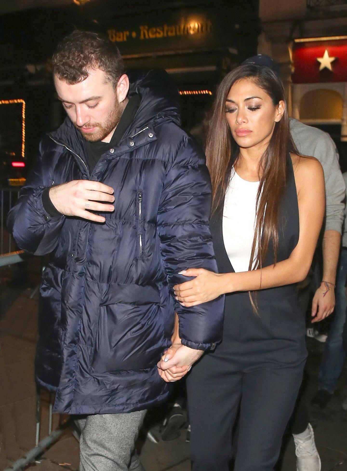 """10. Dezember 2016: Händchen haltend verlassen Sam Smith und Nicole Scherzinger den """"Cirque le Soir Night Club"""" in London. Hier bahnt sich aber natürlich keine neue Liebelei an, denn Sam Smith bekennt sich offen zu seiner Homosexualität."""