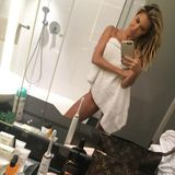 Millimetergenau abgestimmt Frau Meis: Während des Spiegelselfies hängt Sylvies Handtuch gefährlich hoch.