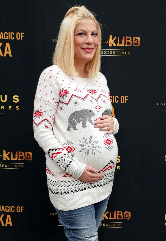 Der Nachwuchs von Tori Spelling lässt sicher nicht mehr lange auf sich warten. Bis dahin kuschelt die Schauspielerin die runde Babykugel aber noch in diese weihnachtlichen Norweger-Pulli ein.