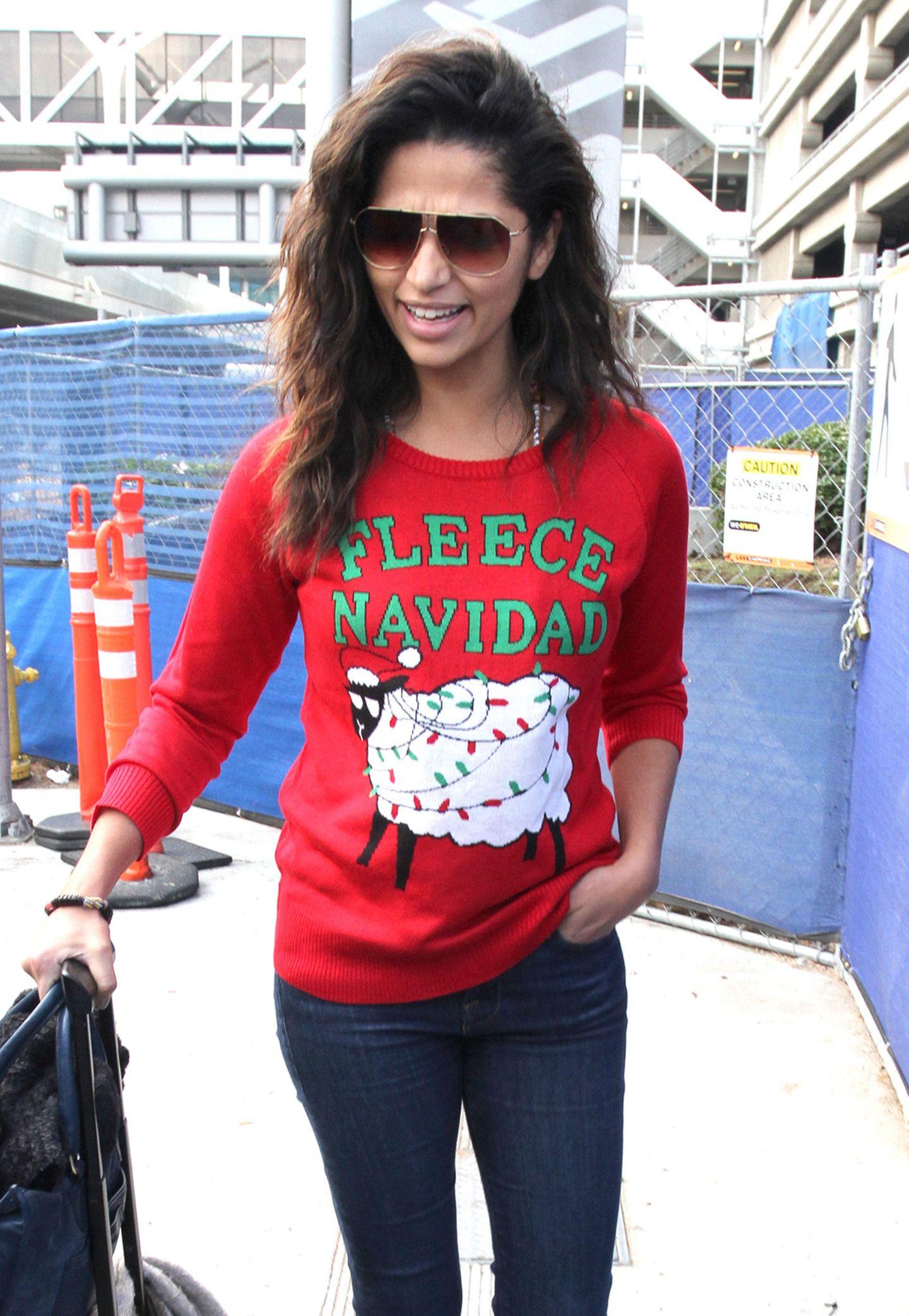 """Camila Alves scheint sich über das witzige Wortspiel auf ihrem Weihnachtspulli am meisten zu freuen. Na, dann mal """"Fleece Navidad""""."""