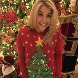 Beatrice Egli trägt an Weihnachten auch, na klar, einen Weihnachtspullover. Ihr Exemplar leuchtet sogar auf der Tannenspitze und verbreitet damit noch mehr gute Laune.